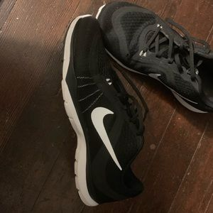 Like new women's black and white Nike shoes